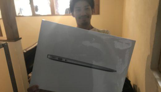 MacBook Airを思い切って購入したヨネスケの開封の様子