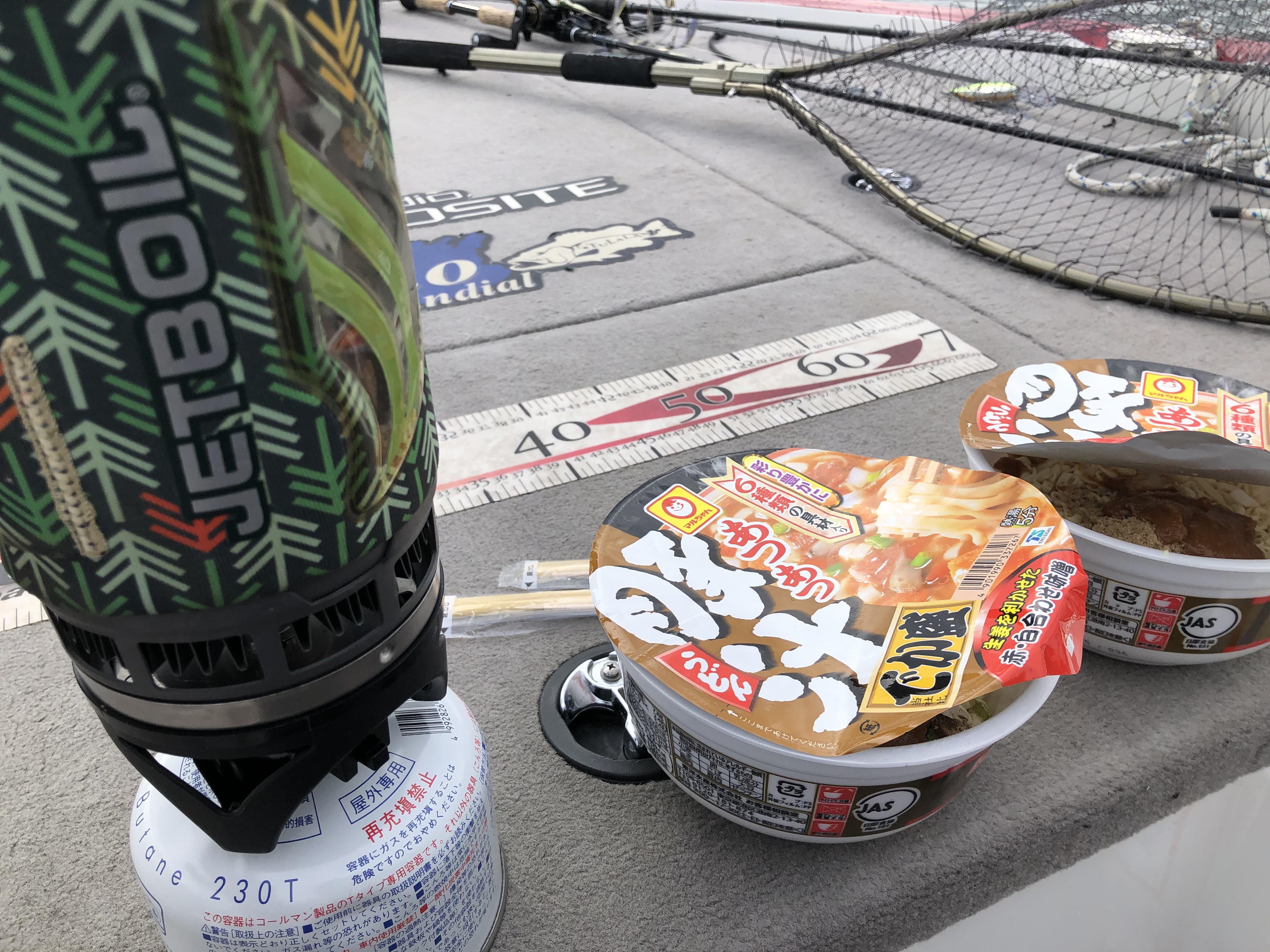 湖上で食べる冬のカップ麺は最高🍜
